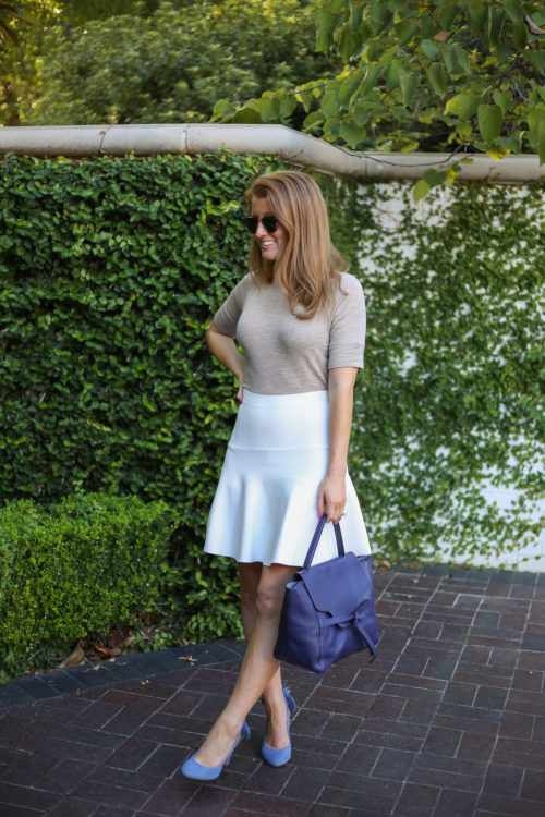 neutral-outfit-with-blue-bag-and-heels